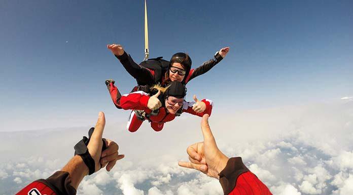 Dlaczego warto zdecydować się na skok ze spadochronem?